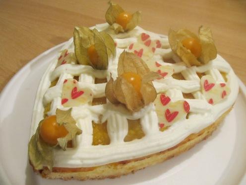 Käsekuchenherz mit Mango- Physalis Füllung und Joghurt- Sahne Gitter
