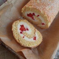 Erdbeer Biskuitroulade mit Quarksahnecreme